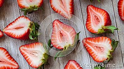 Färska, smakliga halverade mogna jordgubbar på rustiska träbord stock video