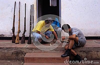 Fångade tjuvskyttvapen i Mocambique. Redaktionell Arkivbild