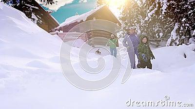 Férias felizes do inverno da despesa da família na cabine da montanha com seu cão video estoque