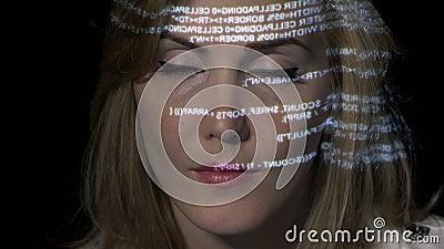 A fêmea da inteligência artificial a TI do Ai que programa o código binário na exposição holográfica futurista refletiu em sua ca video estoque