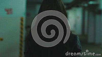 Följande flicka för kamera som går i det gamla garaget arkivfilmer