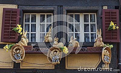 Fönster med påskgarnering Redaktionell Arkivfoto