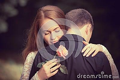 Förälskelse och affektion mellan ett ungt par
