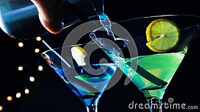 För blått- och gulingcoctail för bartender hällande drink på en diskostångtabell, diskoatmosfär stock video