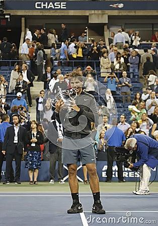 För mästareRafael Nadal för US Open 2013 trofé hållande US Open under trofépresentation Redaktionell Arkivfoto