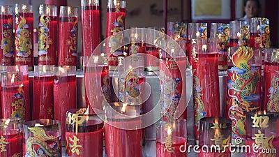Förbränning av ljus under firandet av kineslunar nytt år stock video
