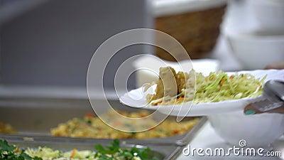 Fördela av mat i matsal stock video