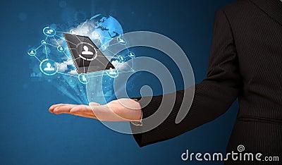 Fördunkla teknologi i handen av en affärsman