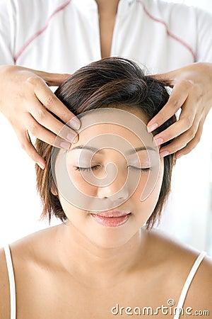Försiktig head massage för kvinnlig som mottar att koppla av