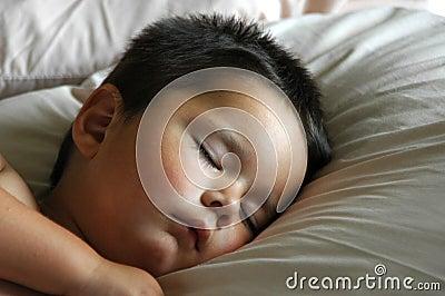 Förtjusande behandla som ett barn att sova för pojke