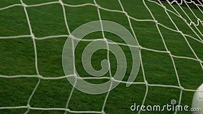 Fútbol que golpea la parte posterior de la red