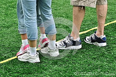 Füße einer Familie im Spiel