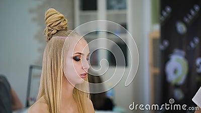 Für sinnliche Blondine in einem Schönheitssalon, der Make-up tut Hebt die Augen mit Schatten hervor stock footage