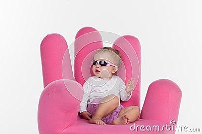 Fa onnez le b b s 39 asseyant la chaise rose sous la forme for Chaise en forme de main