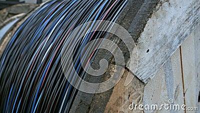 Fabrication de cordes A bunch of ropes Râle de câble haute tension Electrical pole to wire roll pull focus banque de vidéos