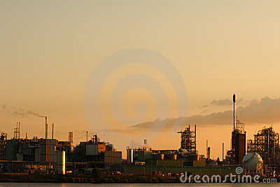 Fabrik am Sonnenuntergang