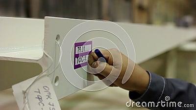 Fabriksarbetaren i hård hatt utför den kvalitets- kontrollmetalldetaljen stock video