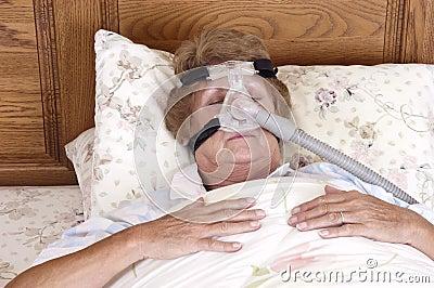 Faccia maturare la macchina maggiore del Apnea di sonno della donna CPAP