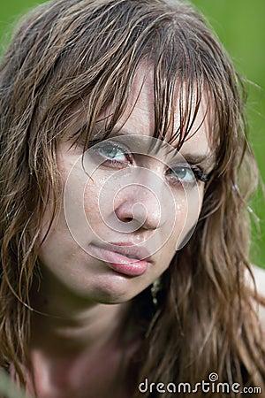 A face da mulher molhada