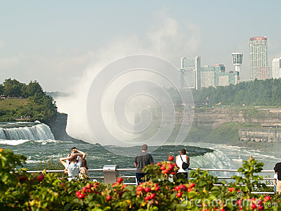 Facendo un giro turistico al cascate del Niagara Immagine Editoriale