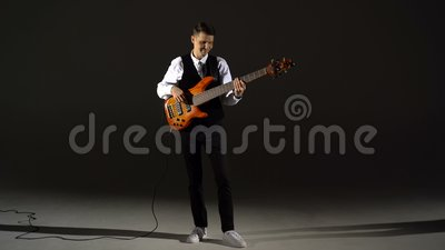 Facet nie gra na gitarze zbiory wideo