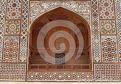 Fachada adornada de la tumba de Akbar. Agra, la India
