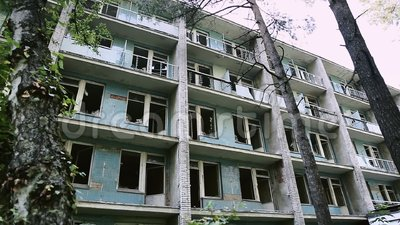 Fachada de uma constru??o abandonada Bloco de cidade quase desmoronado e arruinado Teste padrão do vandalismo Edif?cio velho para vídeos de arquivo