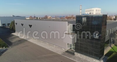 Fachada de un edificio moderno, cristal negro en el exterior de un edificio moderno almacen de video