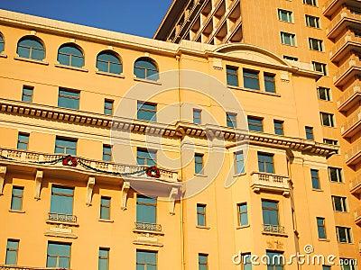 Fachada e telhado do hotel