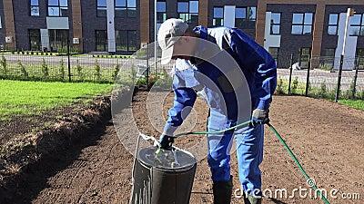 Fachowy landscaper plombowania ziemi rolownik z wodą od węża elastycznego ?adunku elektrostatycznego strza? zdjęcie wideo