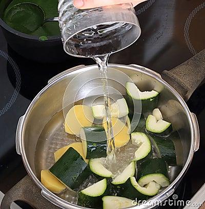 Factura de uma sopa da nata do zuccini no fogão de pressão