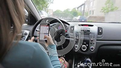 Fahrende Frau beim Simsen
