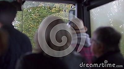 Fahrgäste fahren mit dem Bus im Stehen stock footage
