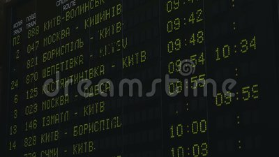 Fahrpläne Abfahrt elektronische digitale Tafel in Kiew Fahrplan in Echtzeit, Ukraine stock video
