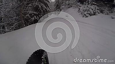 Fahrrad auf schneebedeckter Straße stock footage