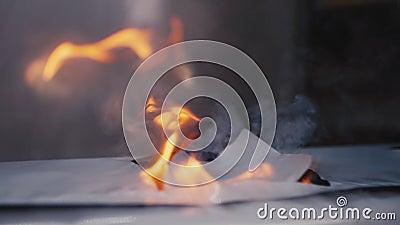 Faire des trous dans des paquets d'isolation avec le ralenti de la flamme banque de vidéos
