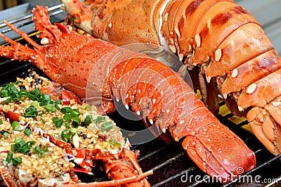 Plats de homard et de pain grillé