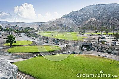 Fairway do campo de golfe no recurso tropical