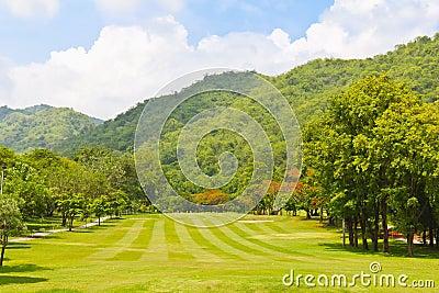 Fairway van een golfcursus naast de berg