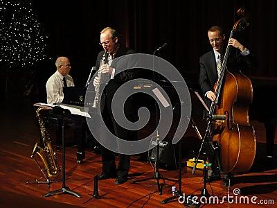 Faixa de jazz de Trifecta no templo Foto Editorial