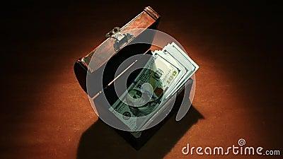 Fallimento Inflazione Crisi finanziaria L'ultimo denaro vola fuori dal vecchio petto banconote da 100 dollari archivi video
