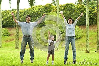 Família alegre que salta junto