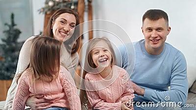 Família atrativa se posando com decoração de Natal em casa rindo olhando para a câmera vídeos de arquivo