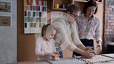 A família feliz é representando e de utilização o material seletivo preparar-se à cerâmica filme