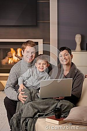 Família feliz com computador