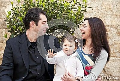 A família feliz, criança diz olá!