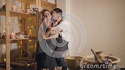 Família feliz em umas férias comum criativas pares românticos que sentam-se e que beijam no estúdio vídeos de arquivo