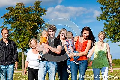Família Multi-generation no prado no verão