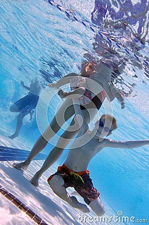 Família na piscina