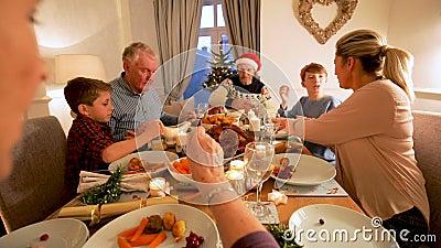 Família que aprecia o jantar de Natal vídeos de arquivo